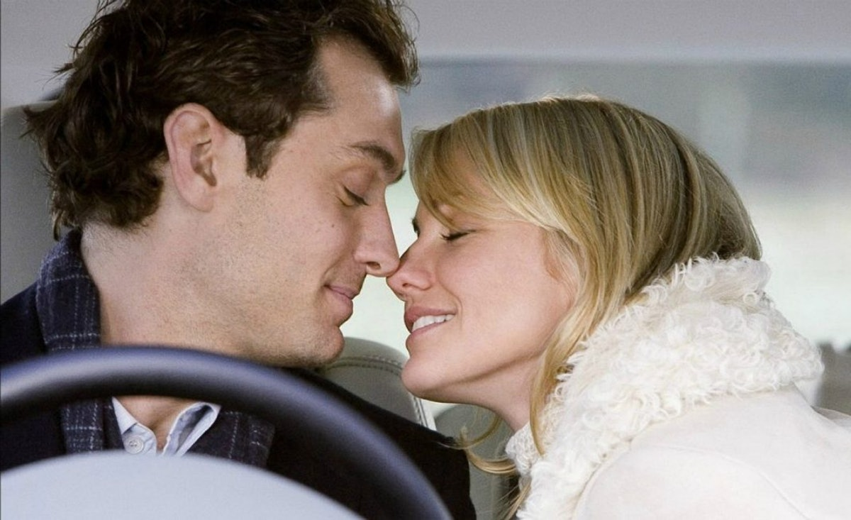 Amanda and Graham lean in for a kiss in 'The Holiday.'