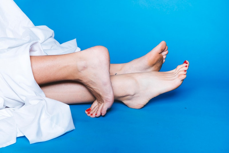 Photo of the feet of two women in bed for sex life horoscope 2020.
