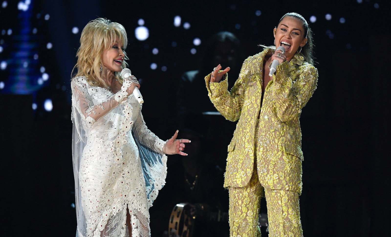 These Tweets About Miley Cyrus Dolly Parton S 2019 Grammys Performance Will Blow You Away