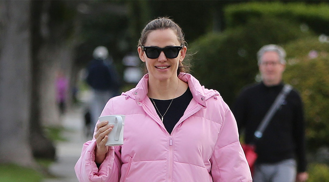 6a323aa7f Jennifer Garner's Pink Puffer Coat Is The Only Spring Outwear Piece ...
