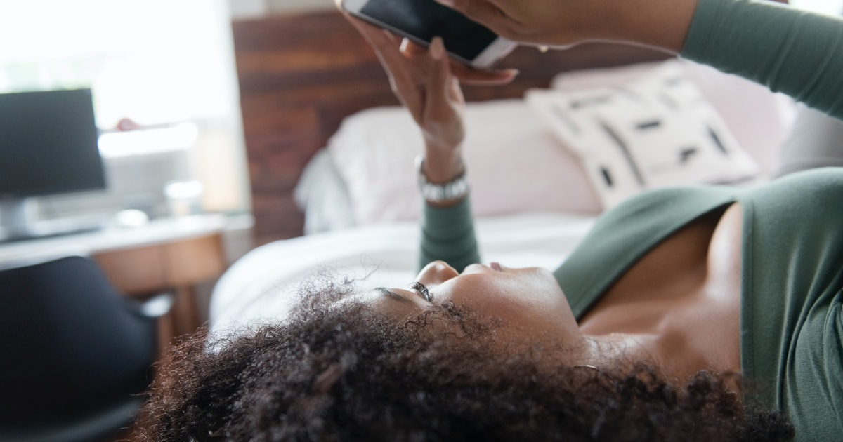 If Your Boyfriend Or Girlfriend Takes Hours To Text Back, Here's What It Means