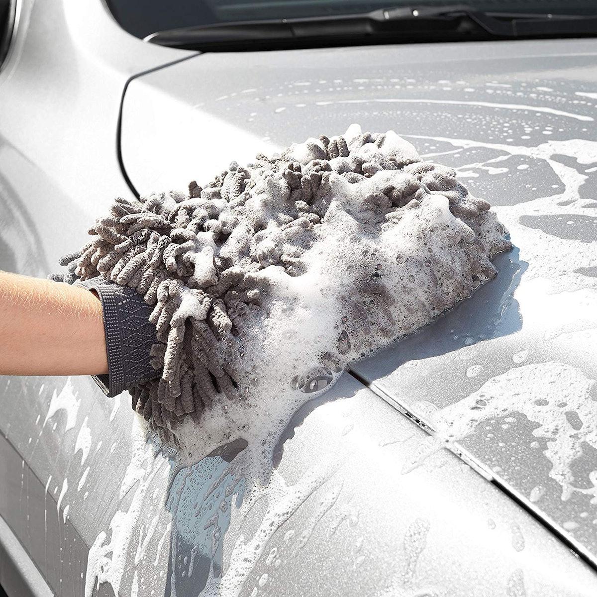AmazonBasics Deluxe Microfiber Car Wash Mitt (2 Pack)