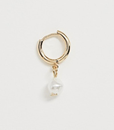 Single hoop earring with faux freshwater peal charm in gold tone