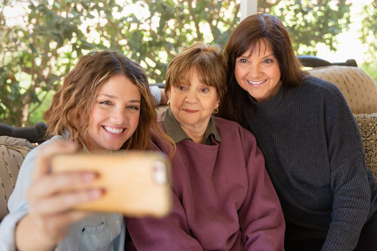 7 Tips For Staying In Touch With Your Family If They Live In A Different Country, Because It's Not Always Easy