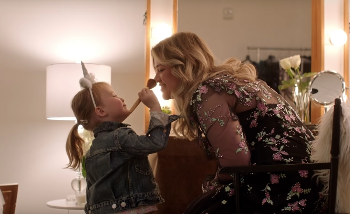 """Kelly Clarkson's Daughter River Rose Makes The Cutest Cameo In Her New Song """"Broken & Beautiful"""""""