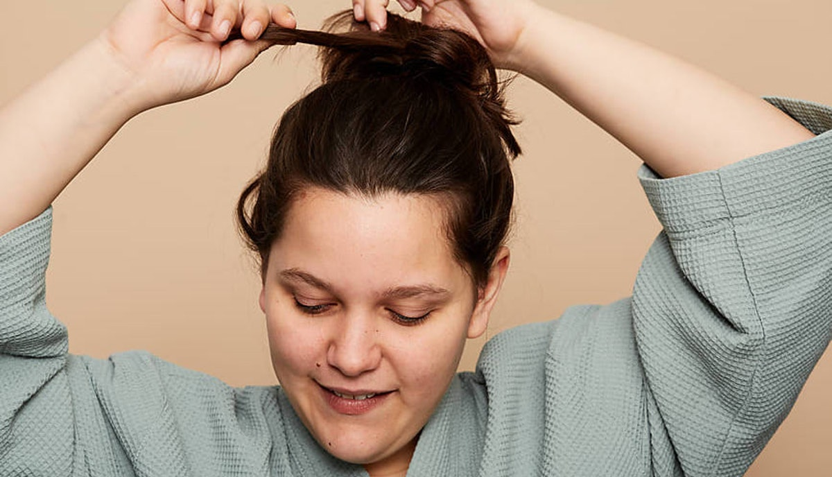 5 Old Wives' Tales To Cure Dandruff That Actually Work, Because You Can Banish Those Flakes On A Budget
