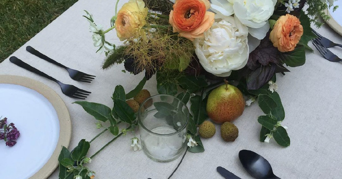 6 Fall Floral Arrangement Ideas That You Can Totally DIY For Your Next Dinner Party