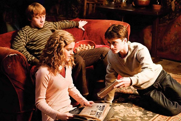 Here's How To Get The 'Harry Potter' Instagram Filters so you can share your Hogwarts House in your Stories.