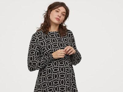 woman wearing H&M maternity dress