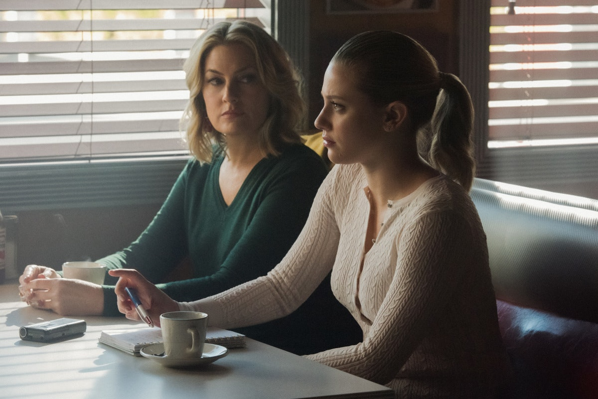 'Riverdale's crossover episode with 'Katy Keene' involves Betty and Alice sleuthing into a mystery a...