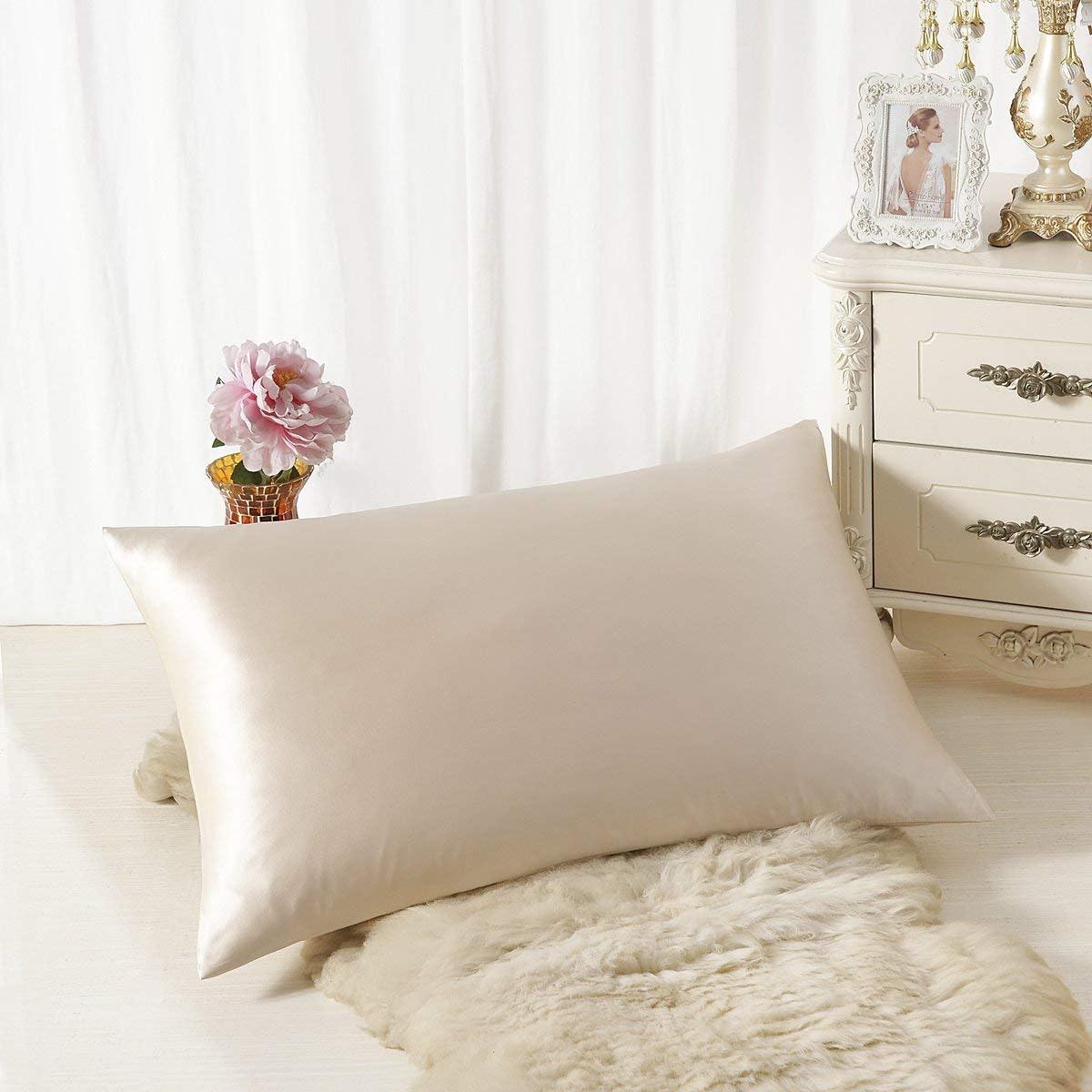 ALASKA BEAR - Natural Silk Pillowcase