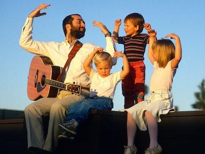 Raffi sings to children in 1989