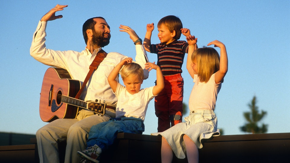 Raffi sings to children in 1989