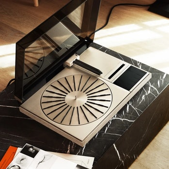 A Beogram record player on a table.