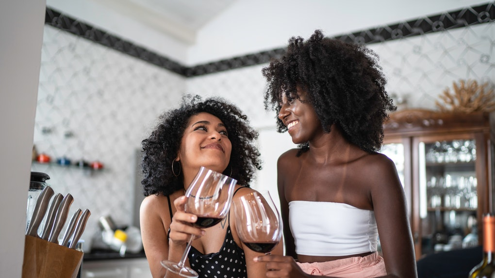 2 young female friends drinking wine