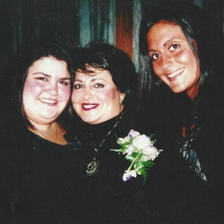 'Unsolved Mysteries' Volume 2 subject JoAnn Romain with her daughters Kellie and Michelle via Netflix's press site
