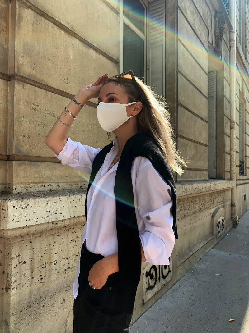 @solenelara wearing the UNIQLO AIRism Mask, available in grey, black and white