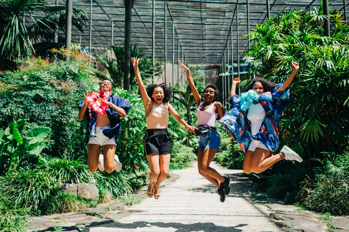 4 friends jumping