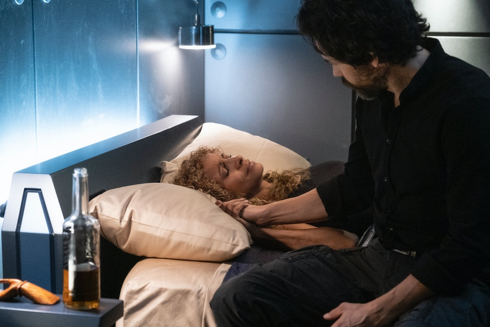 Michelle Hurd (Raffi) and Santiago Cabrera (Rios) during Raffi's return to alcohol. Star Trek Picard