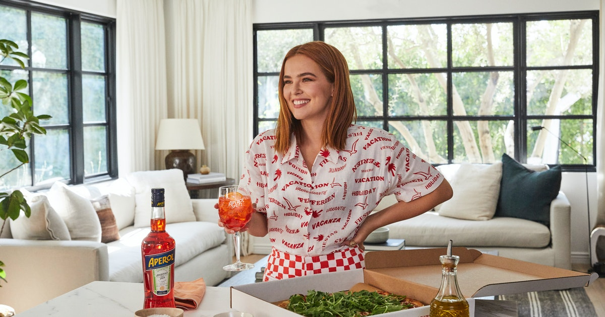 Zoey Deutch Waxes Poetic About Pasta & Rolo-Infused Banana Bread