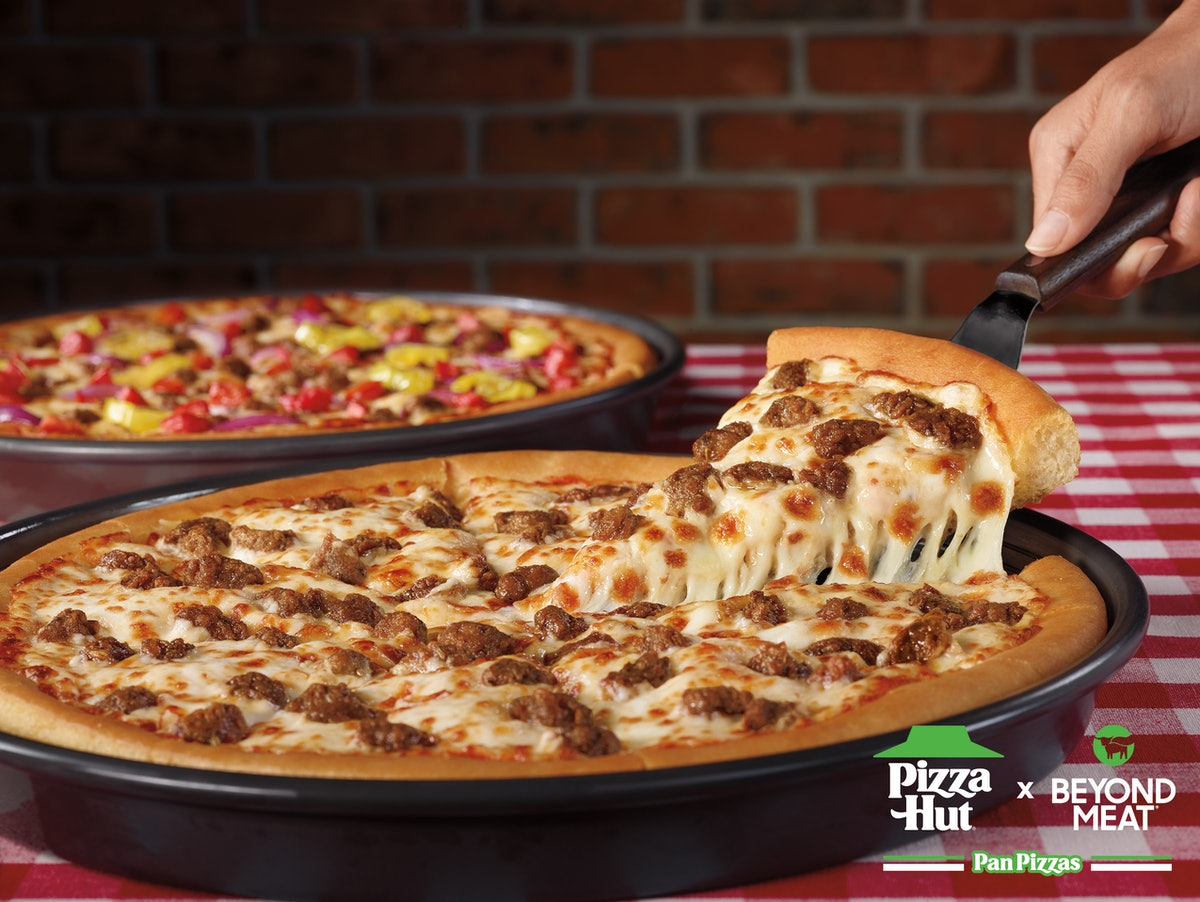This Pizza Hut Beyond Italian Sausager review will have you hype for a plant-based slice