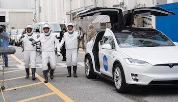 La tripulación junto al Tesla Model X de marca especial.