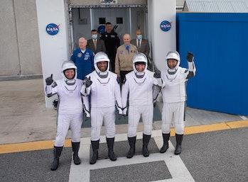 La tripulación caminando hacia la plataforma de lanzamiento.