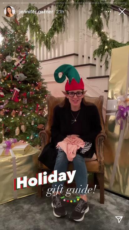 Jennifer Garner next to her 2020 Christmas tree