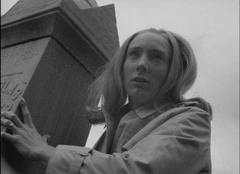 Judith O'Dea en el cementerio