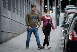 A pregnant person and her partner in Madrid.