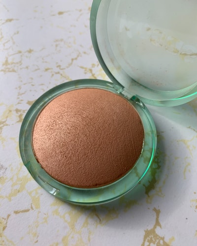 Kosas' Sun Show Moisturizing Baked Bronzer in Light.