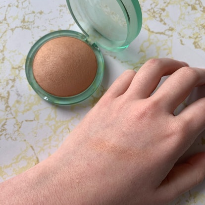 Swatching Kosas' Sun Show Moisturizing Baked Bronzer in Light.