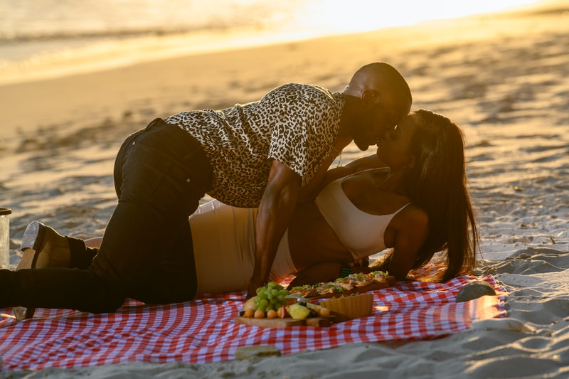 Sharron and Rhonda kissing on Netflix's 'Too Hot to Handle.'