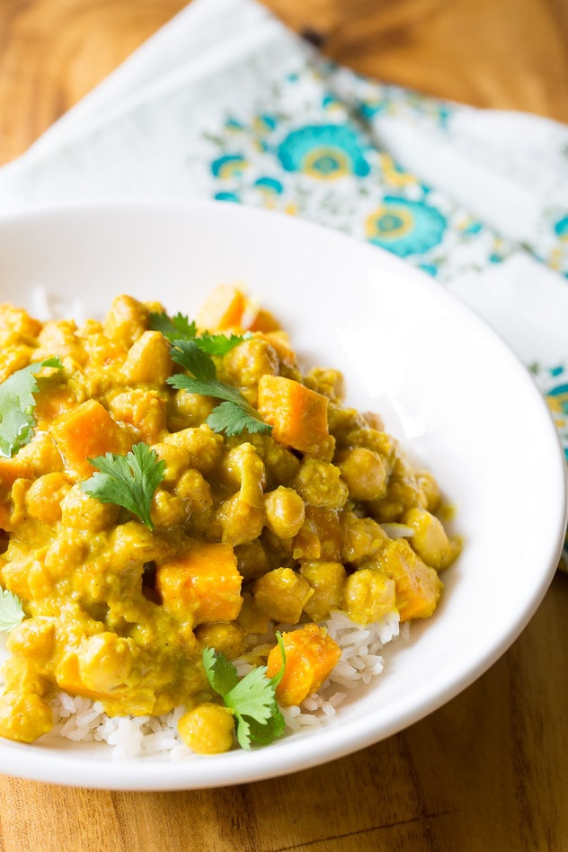 A dish of curried chickpeas over rice.