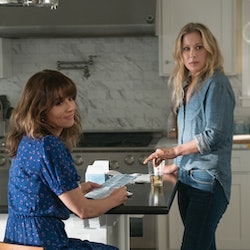 Linda Cardellini & Christina Applegate star in Netflix's 'Dead To Me'