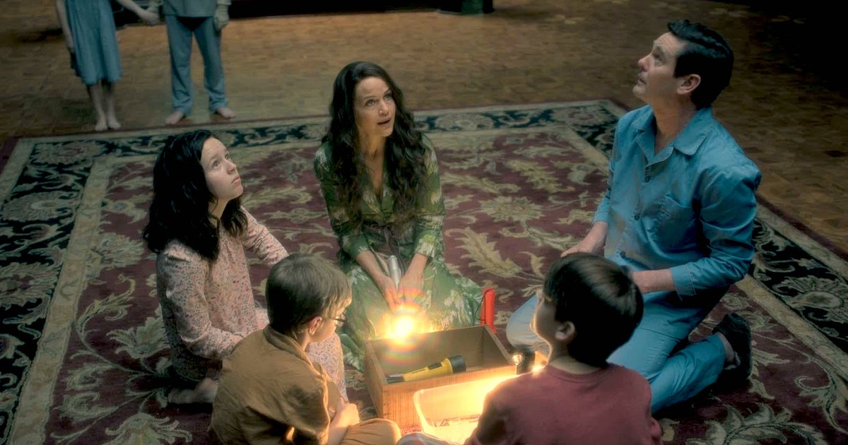 These Haunting Of Hill House Behind The Scenes Facts Are Scary Good