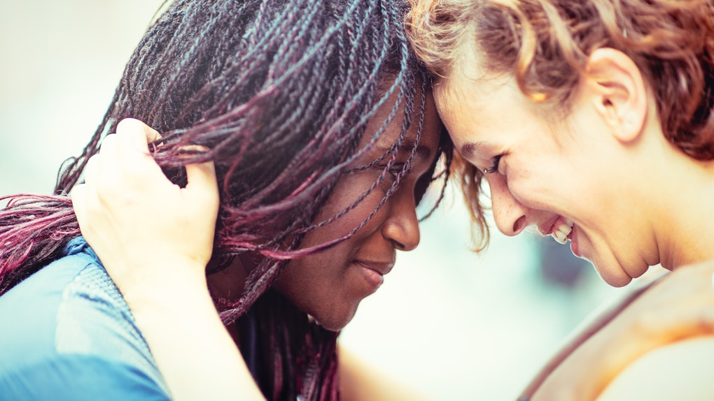 2 young women in love