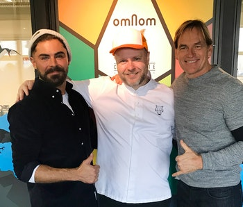 Zac Efron and Darin Olien with Omnom chocolate co-founder Kjartan Gíslason.