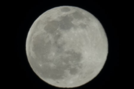 Photo of the Moon taken with Sony A7R III with 600mm lens compared to the Galaxy S21 Ultra