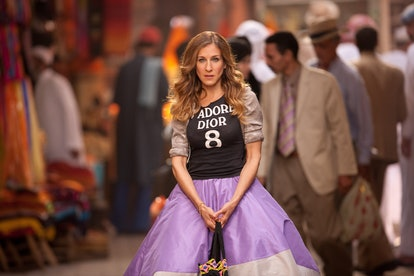 Carrie Bradshaw outfit: purple skirt and Dior t-shirt
