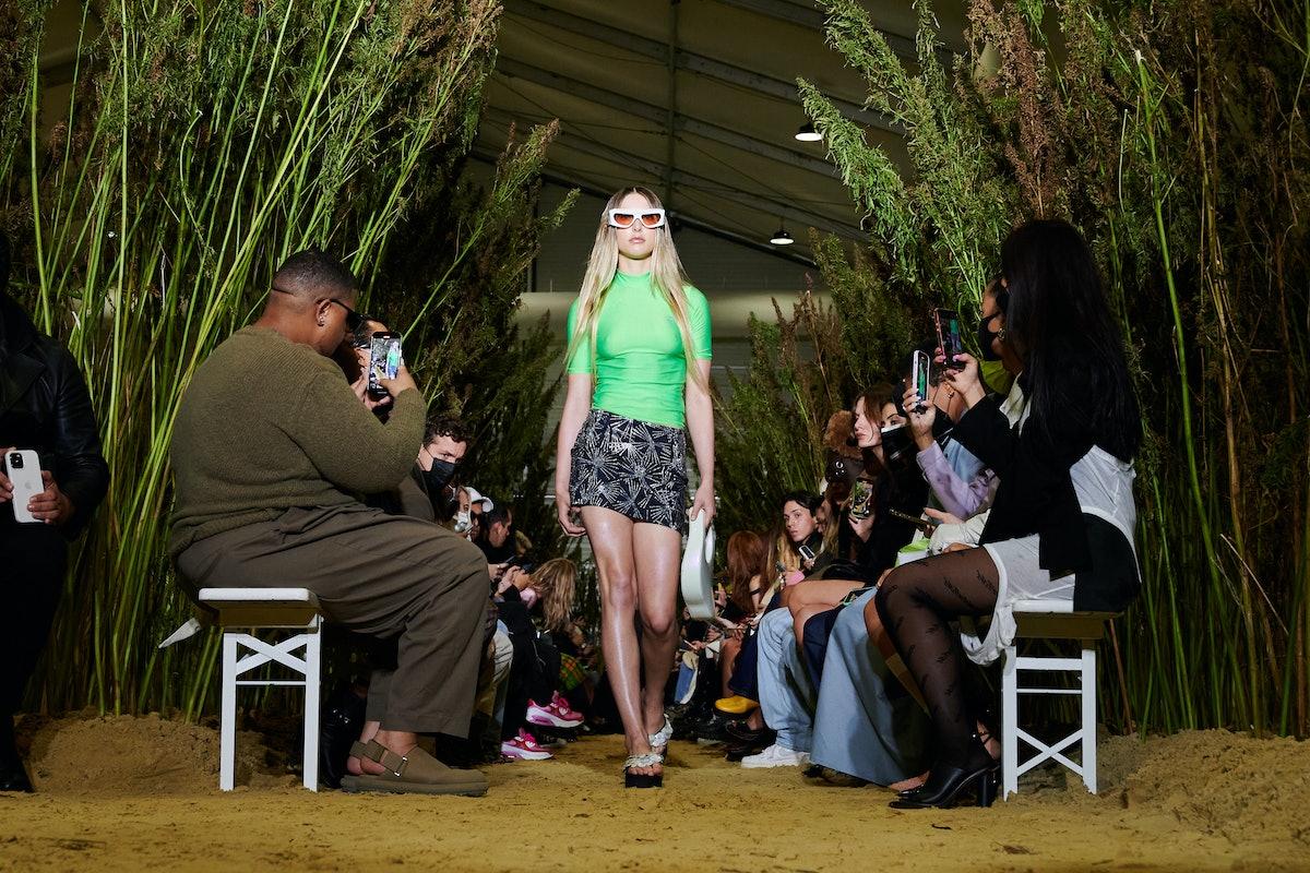 مدلی هنگام نمایش لباس زنانه کوپرنی بهار/تابستان 2022 به عنوان بخشی از فشن پاریس روی باند پیاده روی می کند ...