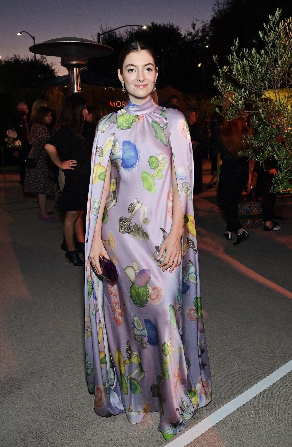 لورد لباس شنل پوشیده از قارچ توسط رودارته پوشیده است