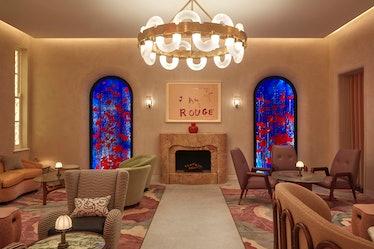 دو پانل شیشه ای رنگی آبی و قرمز در دیوار پشتی سالن نوار