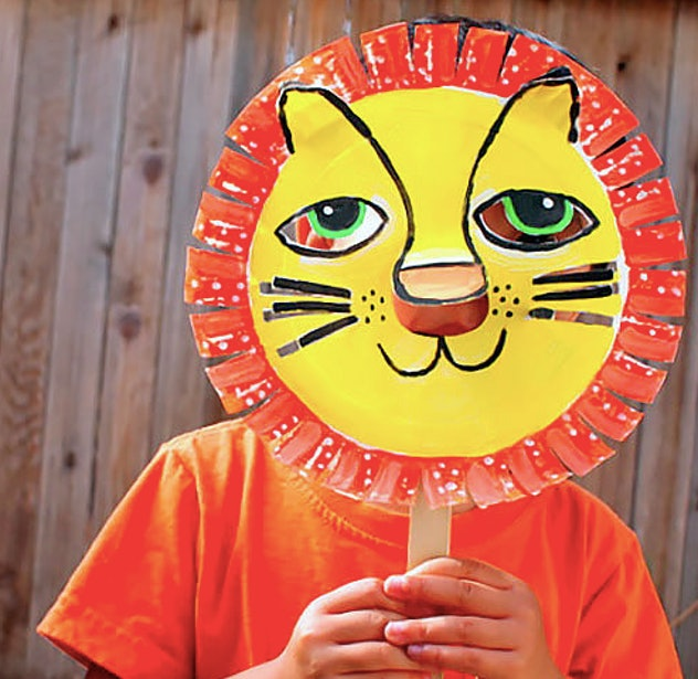 Paper plate lion mask on child