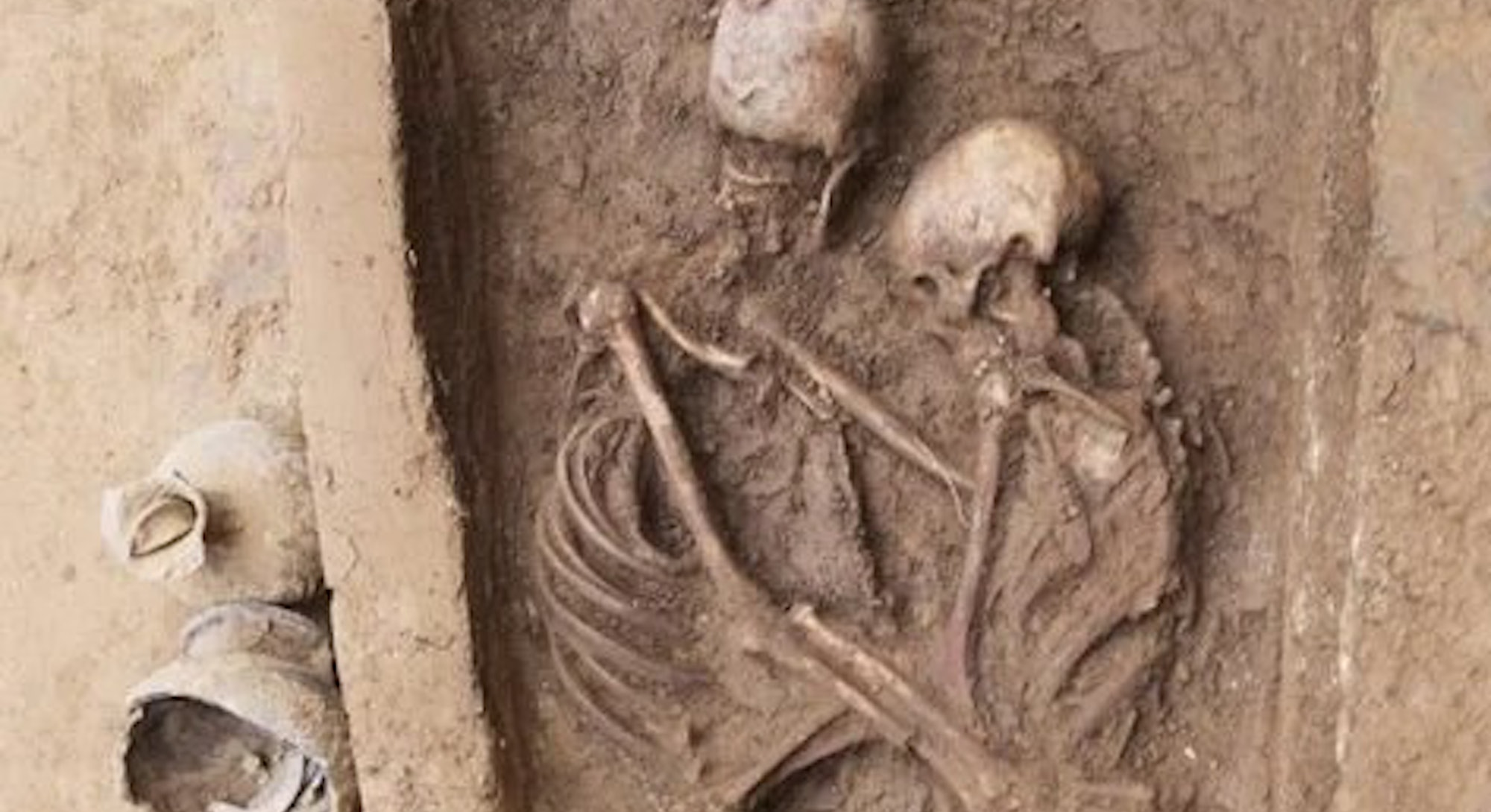An illustration of an ancient Chinese couple in an embrace