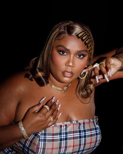 Lizzo's gold snap hair clips are early 2000s beauty at its finest.