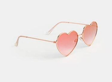Candace wears heart-shaped sunglasses on 'You.'