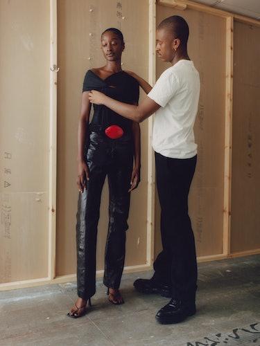 ماکسیمیلیان دیویس ، در استودیوی خود در لندن با مدل سینا کینگ ، که از پاییز/زمستان خود ظاهر می کند ...