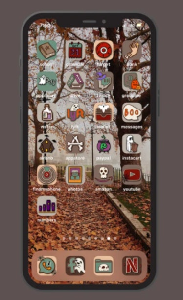 These new iOS Home screen ideas for Halloween include cute ghosts.