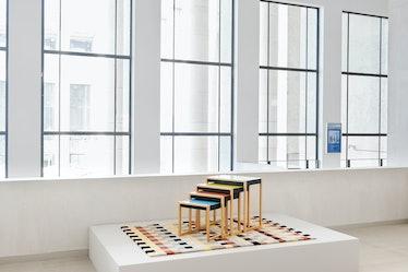 یک میز و فرش مدرن رنگارنگ بر روی ستون موزه